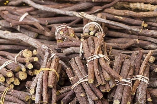 Remedii naturiste pentru menstruațiile abundente cu lemn dulce