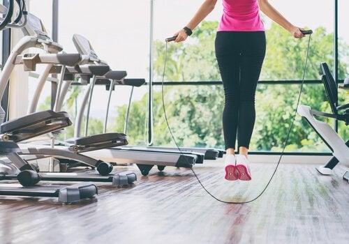 Săritul corzii pe lista de exerciții pentru întărirea genunchilor