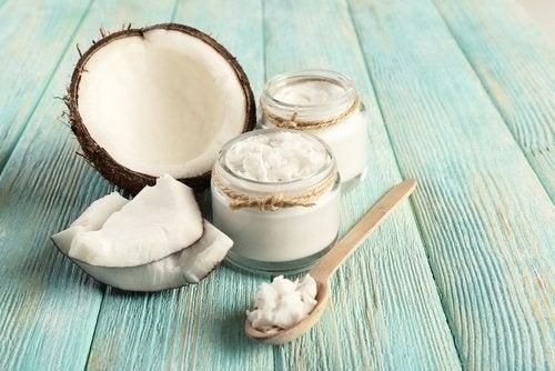 Soluții naturale pentru reducerea plăcii bacteriene precum uleiul de cocos