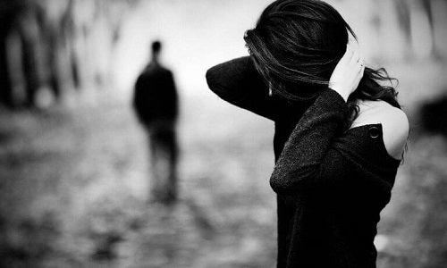 Stai cu partenerul tău de milă și te sperie despărțirea