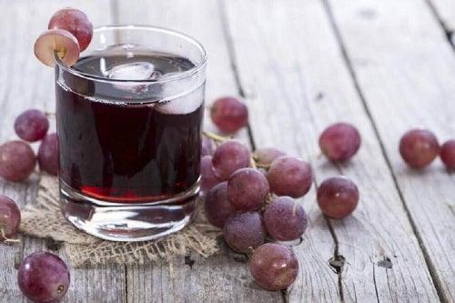 Struguri folosiți la prepararea unei băuturi naturale pentru tratarea anemiei