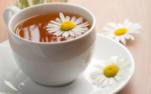 Tratamente naturiste pentru insomnie precum ceaiul de mușețel