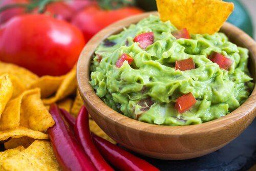 Ardei inclus într-o rețetă de guacamole făcut în casă