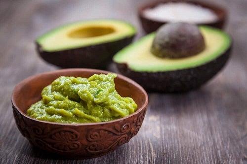 Avocado inclus într-o rețetă de guacamole făcut în casă