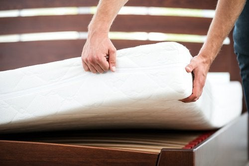 Bărbat aplicând trucuri pentru întreținerea corectă a saltelei de pat