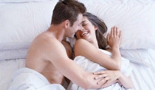 Bărbat punând în aplicare sfaturi pentru o relație sexuală mai bună