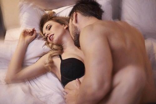 Bărbat care cunoaște trucuri pentru a crește dorința sexuală