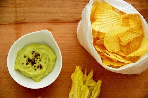 Chipsuri incluse într-o rețetă de guacamole făcut în casă