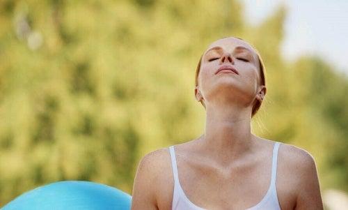 Cum să gestionezi atacurile de anxietate prin controlarea respirației