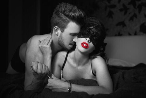 Cuplu punând în aplicare sfaturi pentru o relație sexuală mai bună