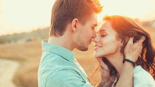 Cuplu care învață tot ce trebuie să știi despre sărut