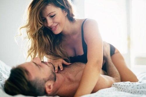 Cuplu care descoperă zone erogene ale bărbaților