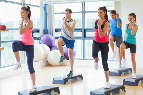 Exerciții care îți subțiază talia precum ridicarea genunchilor