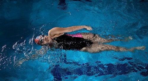 Exerciții recomandate după vârsta de 40 de ani executate în piscină