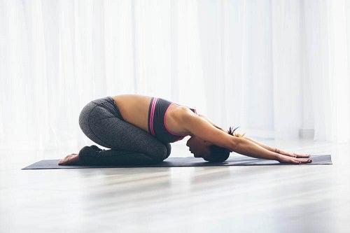 Femeie care încearcă exerciții împotriva gazelor intestinale