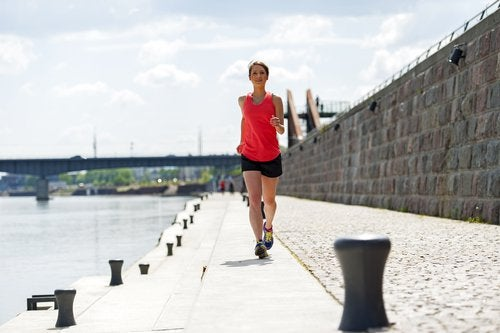 Femeie care face exerciții recomandate după vârsta de 40 de ani