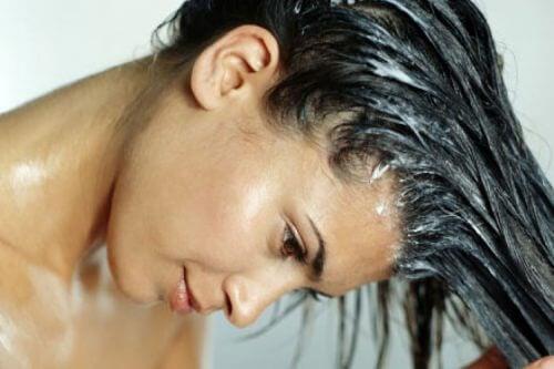Femeie încercând remedii naturale pentru a accelera creșterea părului