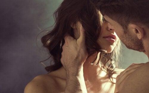 Femeie care pune în aplicare sfaturi pentru o relație sexuală mai bună