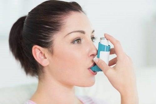 Femeie care știe că simptomele astmului pot fi ținute sub control