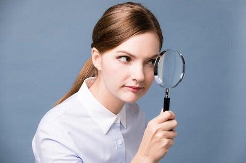 Femeie care are nevoie de tratamente naturale pentru cataractă