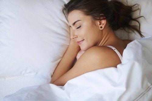 Femeie adoptând trucuri ca să dormi mai bine când este cald afară