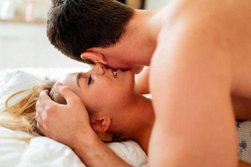 Femeie care descoperă trucuri pentru a crește dorința sexuală