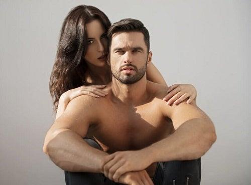 Femeie care cunoaște principalele zone erogene ale bărbaților