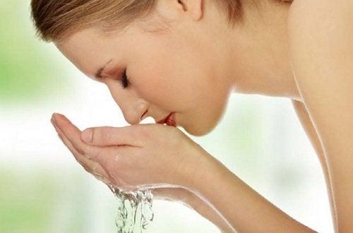 Greșeli frecvente în curățarea feței pe care le faci dimineața