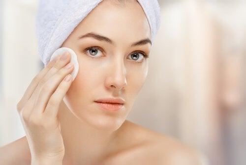 Greșeli frecvente în curățarea feței precum folosirea de produse iritante