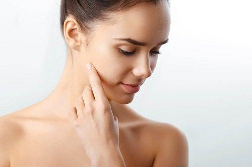 Greșeli frecvente în curățarea feței pe care le faci seara