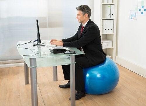 Îmbunătățirea posturii corpului pe lista de beneficii ale exercițiilor Pilates