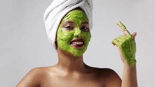 Beneficiile unei măști faciale pentru estomparea ridurilor cu avocado