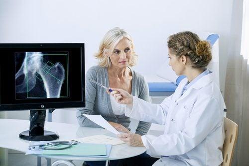 Medic oferind informații esențiale despre osteoporoză