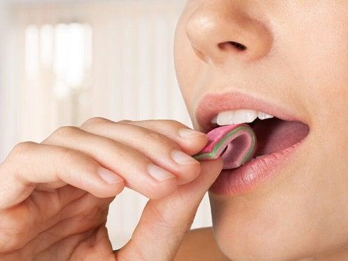 Obiceiuri de evitat pe stomacul gol precum mestecatul gumei