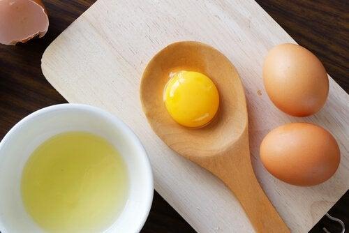 Ouă petru a prepara măști pentru un păr mătăsos și strălucitor