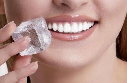 Remedii naturiste pentru aftele bucale pe bază de gheață