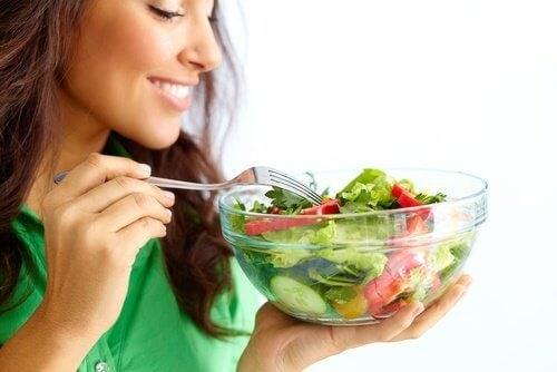 Salată inclusă în trucuri ca să dormi mai bine când este cald afară