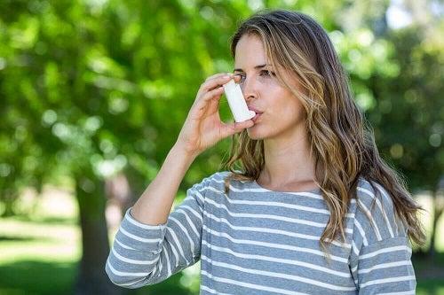 Simptomele astmului pot fi ținute sub control?