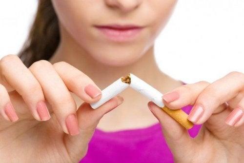 Simptomele astmului pot fi ținute sub control evitând consumul de țigări