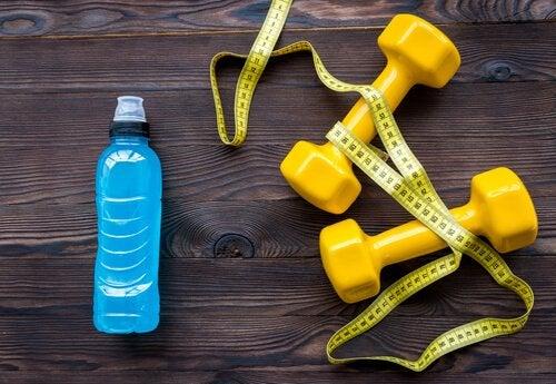 Trucuri pentru a bea apă mai frecvent și a te antrena