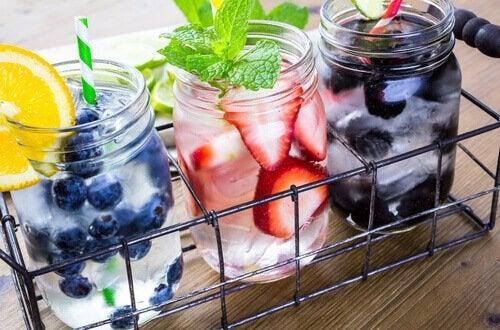 Trucuri pentru a bea apă mai frecvent cu fructe