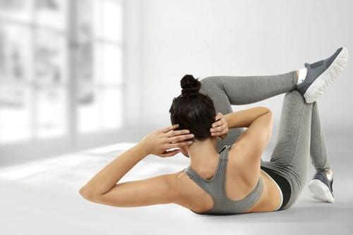 Abdomenele pe lista de exerciții care îți modelează corpul