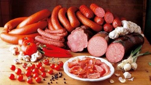 Alimente de evitat dacă suferi de hipotiroidism precum mezelurile