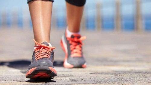 Beneficii ale plimbărilor zilnice precum stimularea circulației sanguine