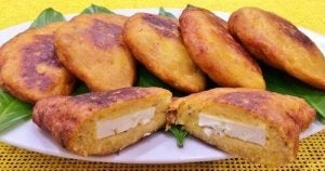 Carne în umpluturi pentru bananele plantain prăjite