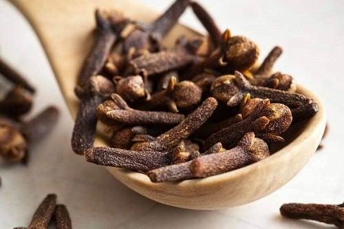 Cuișoare incluse în remedii naturiste pentru durerile în gât