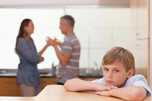 Cum să disciplinezi un copil rebel prin gestionarea conflictelor din familie