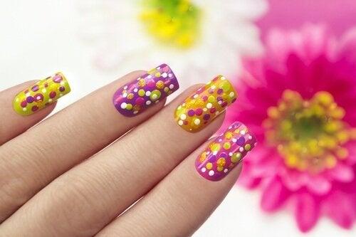 Cum să îți decorezi unghiile cu bulinuțe colorate