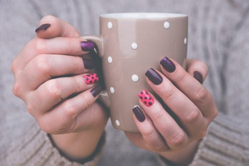 Cum să îți decorezi unghiile în mai multe culori