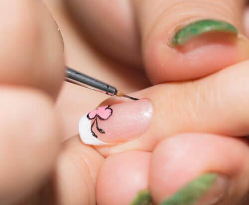 Cum să îți decorezi unghiile cu o pensulă subțire